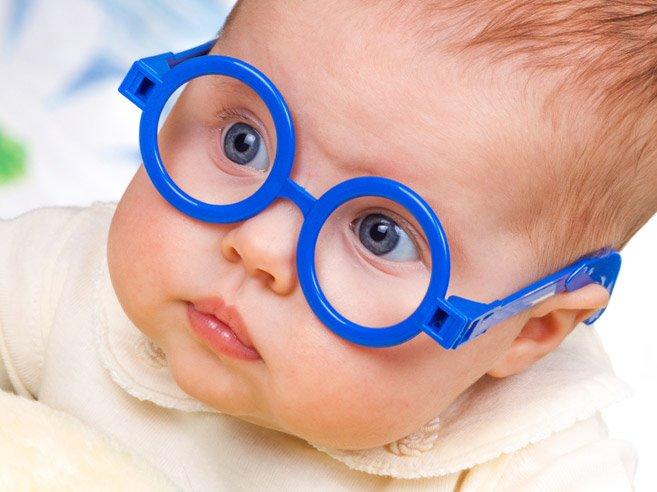 Sau phẫu thuật trị đục thủy tinh thể bẩm sinh, trẻ cần đeo kính để chỉnh thị lực